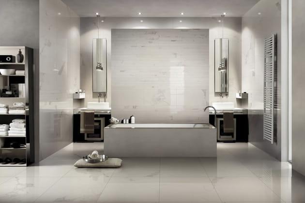 Ma salle de bains avec du marbre du sol au plafond - Etabli salle de bain ...