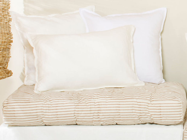 grand coussin matelass le monde sauvage. Black Bedroom Furniture Sets. Home Design Ideas
