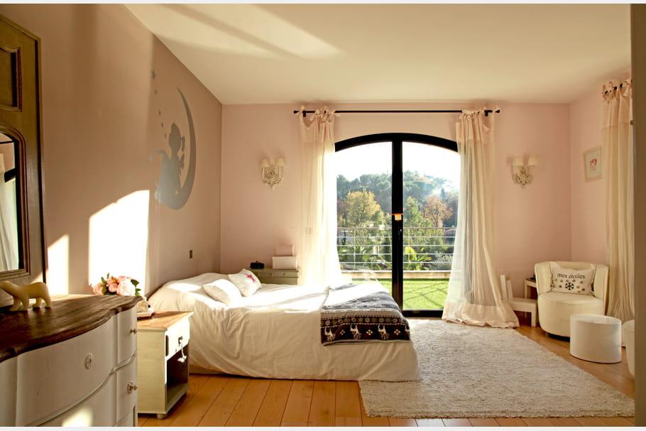 Une chambre de fille rose pâle et blanc cassé