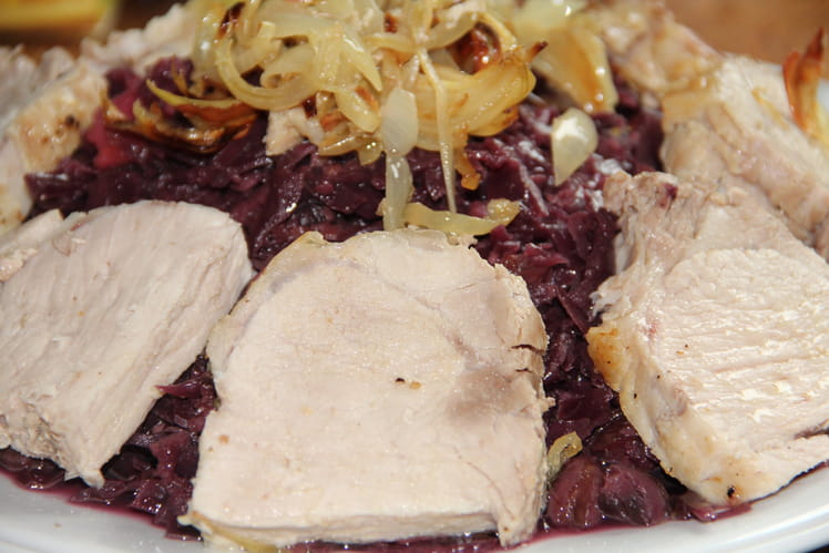 Rôti de porc aux épices, chou rouge, châtaignes, lardons et pommes