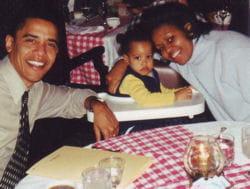 michelle et barack obama avec leur fille, dans un restaurant en 2000.