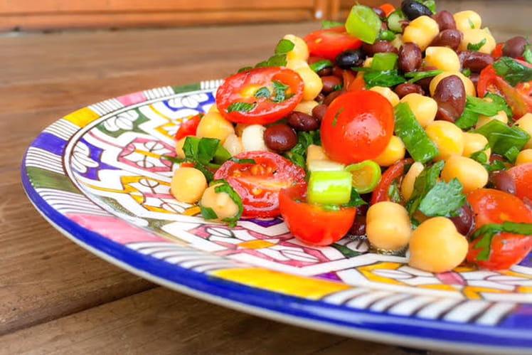 Salade de pois chiches, tomates cerise et haricots noirs