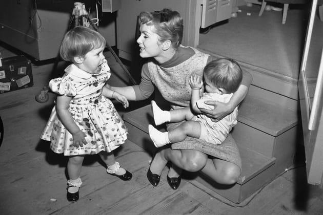 Carrie et Todd rendent visite à leur mère sur un tournage