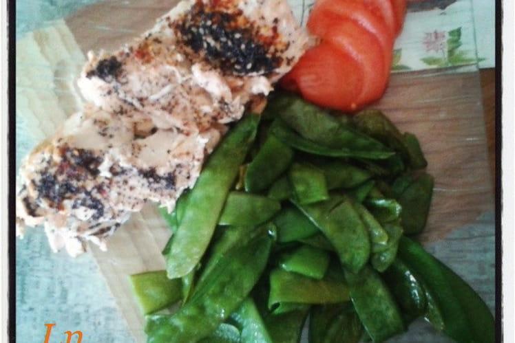 Pavé de saumon pimenté à l'unilatérale aux graines de sésame et pavot , pois gourmands sautés