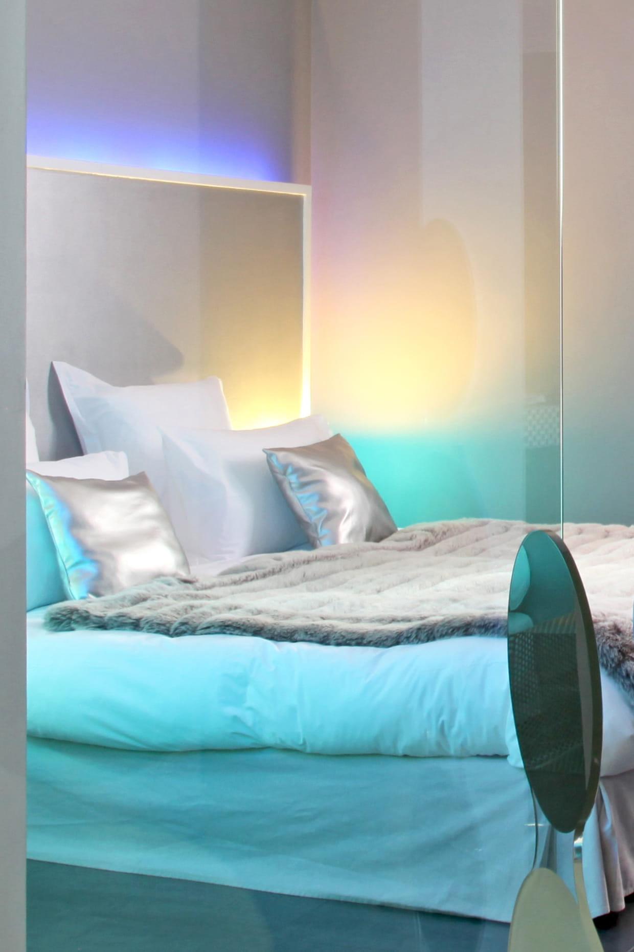 une lampe n on dans la t te de lit. Black Bedroom Furniture Sets. Home Design Ideas