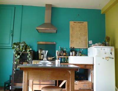 des murs colorés donnent le ton, même dans une cuisine très simple et non