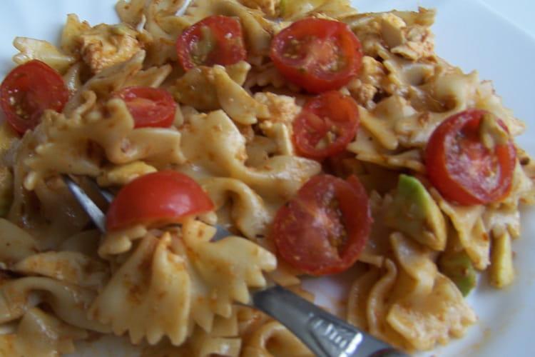 Salade de pâtes aux tomates, avocats et mozzarella