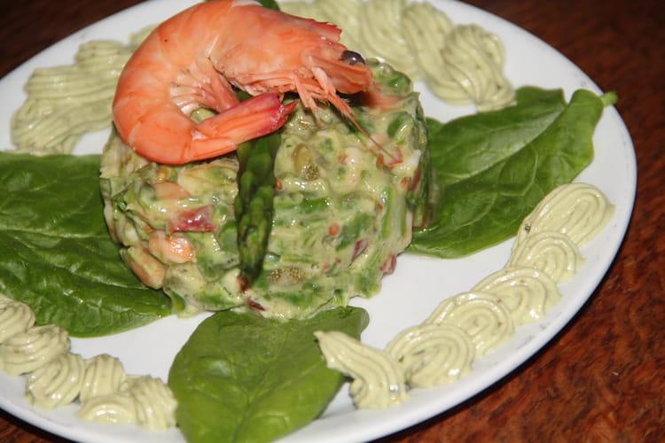 Tartare d'asperges vertes, tomates et crevettes, crème d'avocat aux câpres et basilic
