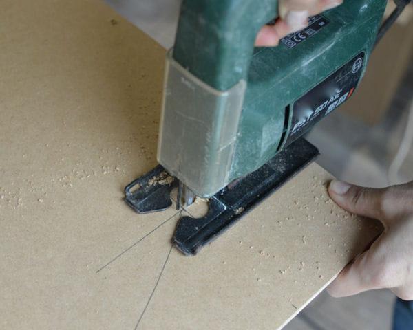 etape 3 d couper la planche de m dium. Black Bedroom Furniture Sets. Home Design Ideas