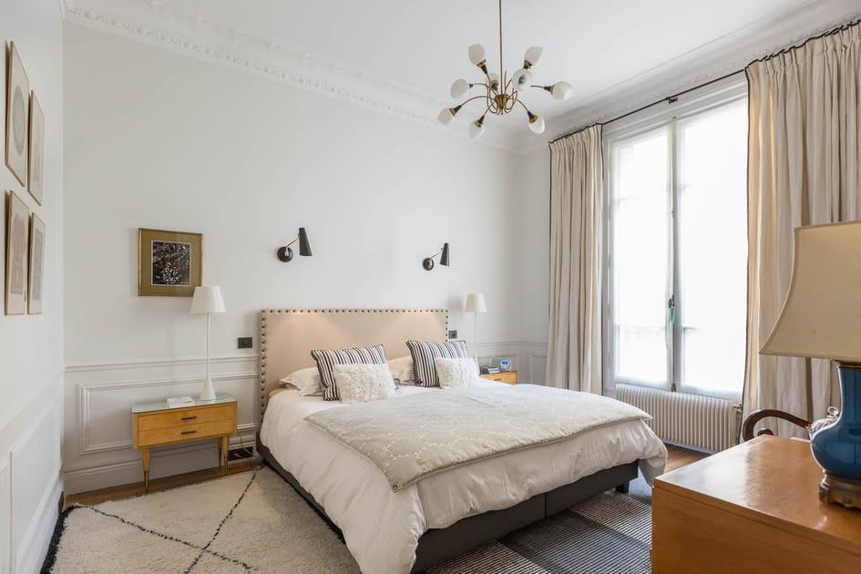 Une chambre cossue de style haussmannien