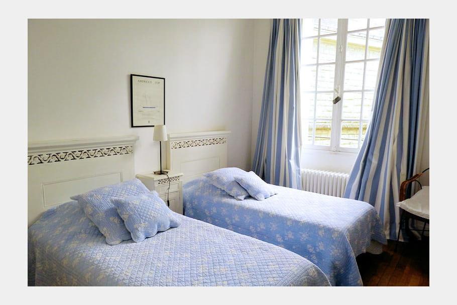 La chambre twin bleue ambiance chic et charmante en for Chambre twin