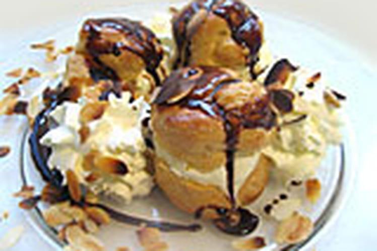 Profiteroles au chocolat à la glace vanille