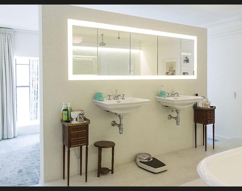 Une grande salle de bains ouverte sur la chambre