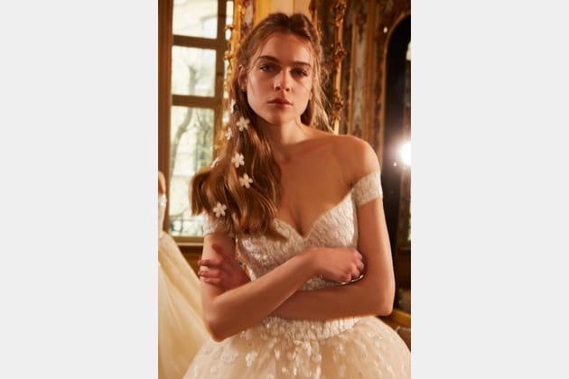 Une robe de mariée décolletée