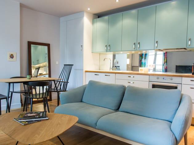 Une cuisine ouverte bleu clair