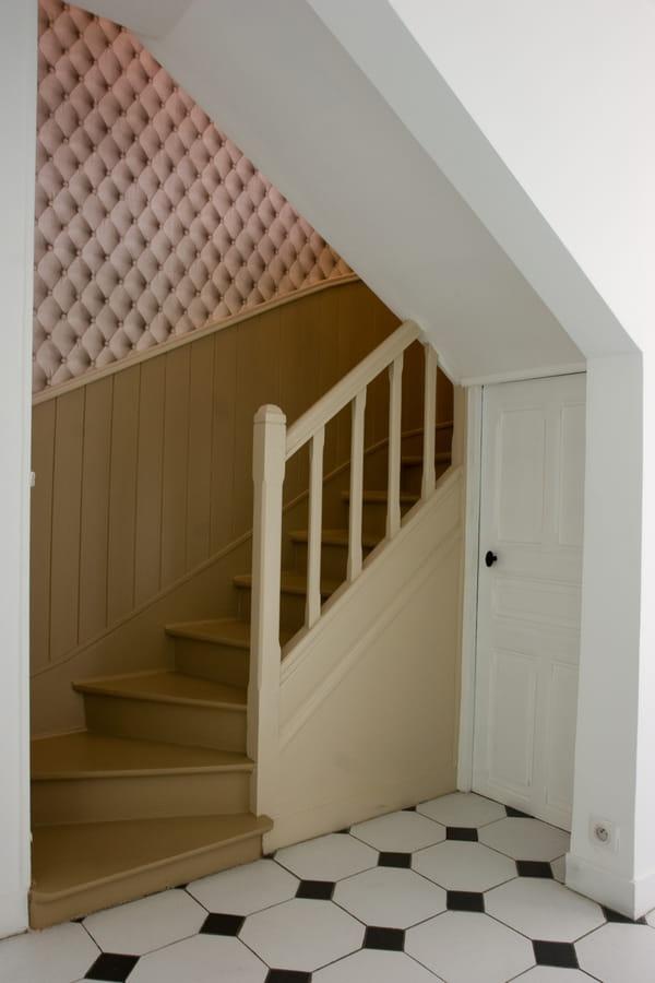 mur-d-appui-d-escalier-en-papier-peint