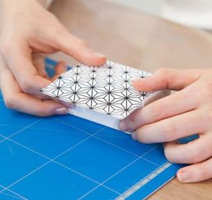 recouvrir les boîtes en carton de papier à motifs