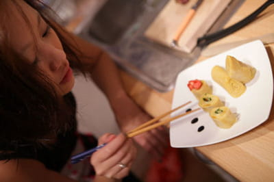 nathalie déguste ses tamagoyaki.