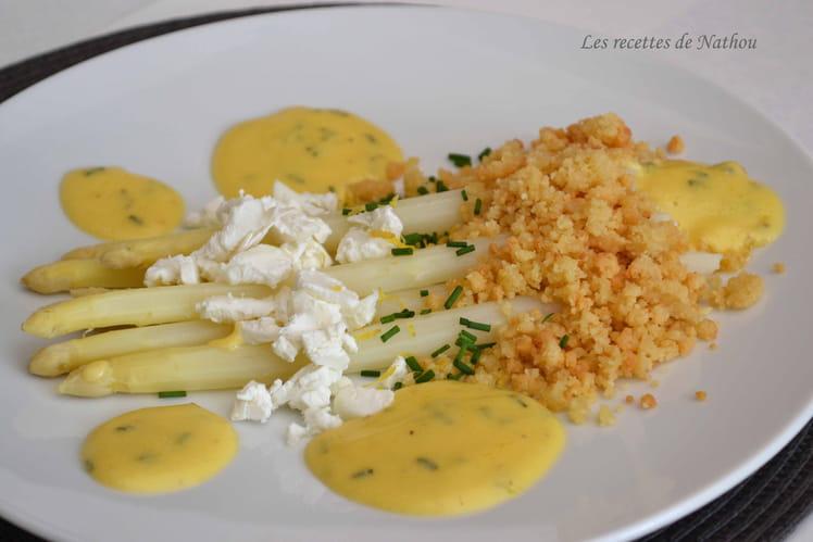 Asperges blanches sauce hollandaise citronnée à la ciboulette, crumble de parmesan et chèvre