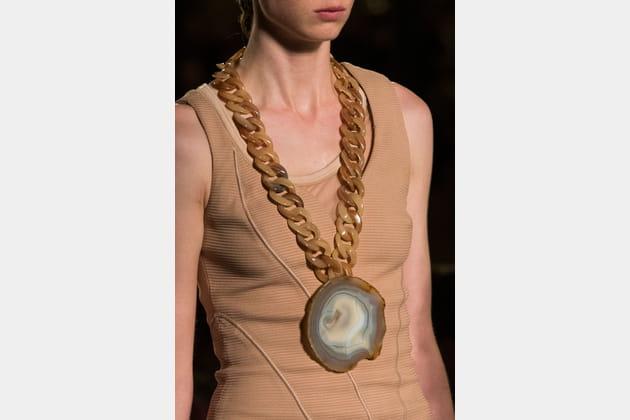 Le pendentif XXL bling avec agate du défilé Givenchy