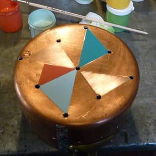 une casserole transformée en lampe