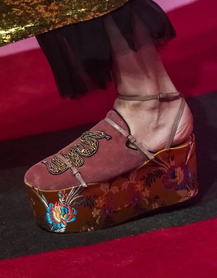 Les chaussures compensées hybrides du défilé Gucci