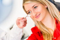 les 'mouches' volantes nécessitent un examen de l'oeil mais ne sont pas
