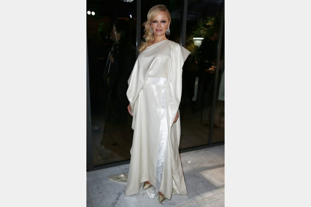 FLOP: Pamela Anderson en robe asymétrique brillante