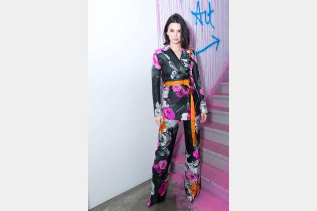 Kendall Jenner en costume multicolores esprit kimono