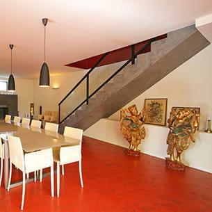 objets d'art et souvenirs de voyages mis en scène sous l'escalier