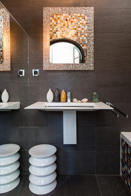 Une salle de bains à miroirs