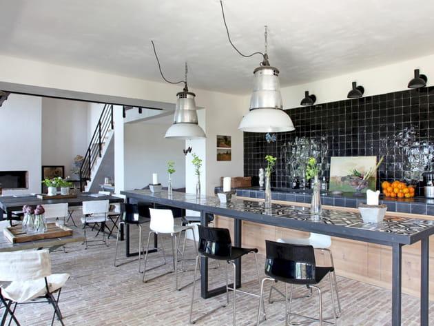 Une cuisine ouverte qui mélange les genres