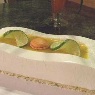bavarois citron vert, noix de coco et fruits exotiques.