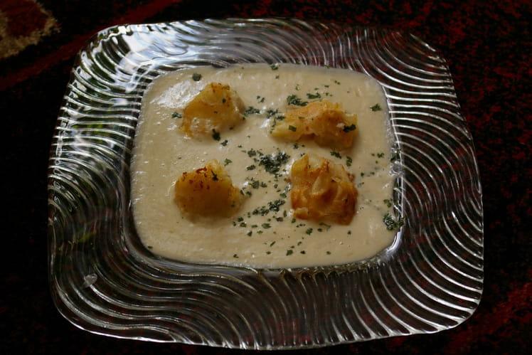 Crème d'endives aux bonbons de Saint-Jacques croûtons, servis en cappucino