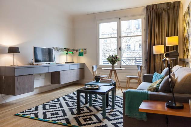 Un meuble bas pouvant servir de bureau