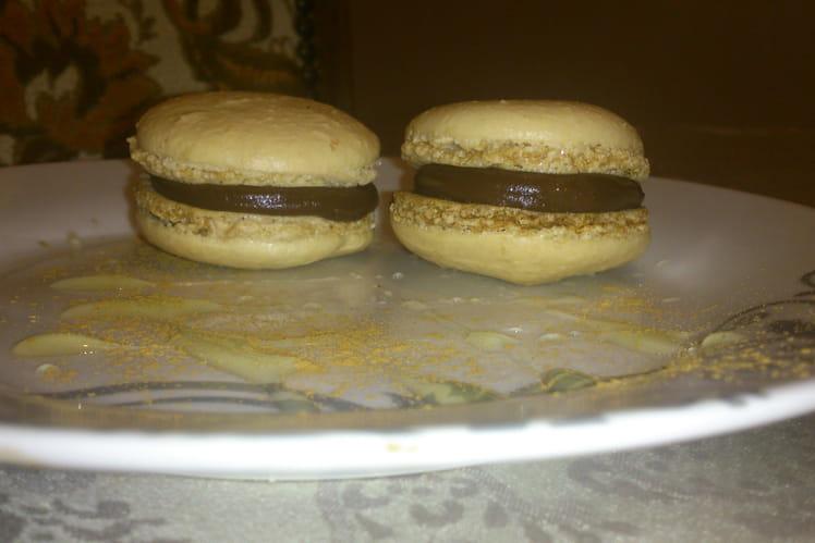 Macaron chocolat noir maltaise et coeur à la mente