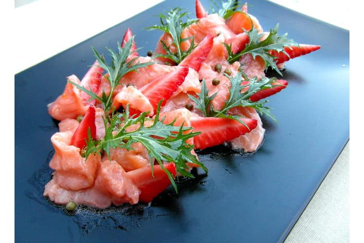 Carpaccio de saumon, fraises et poivre vert, sauce aux agrumes