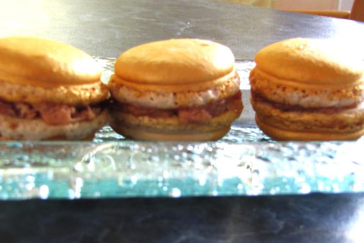 Macarons dorés au foie gras et confit d'oignons