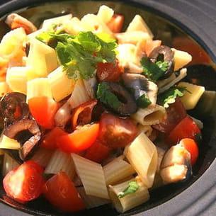 salade de pennes, olives noires, anchois marinés