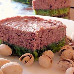 dacquoise pistache - mousse cerises et framboises