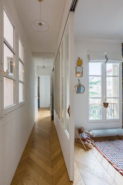 Une verrière en bois blanc côté couloir