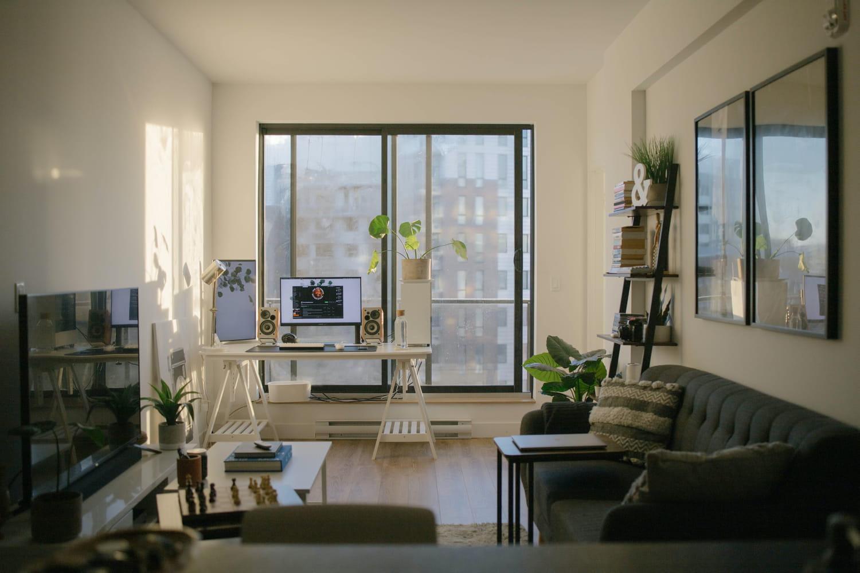 Aménager un coin bureau dans le salon: conseils et inspirations