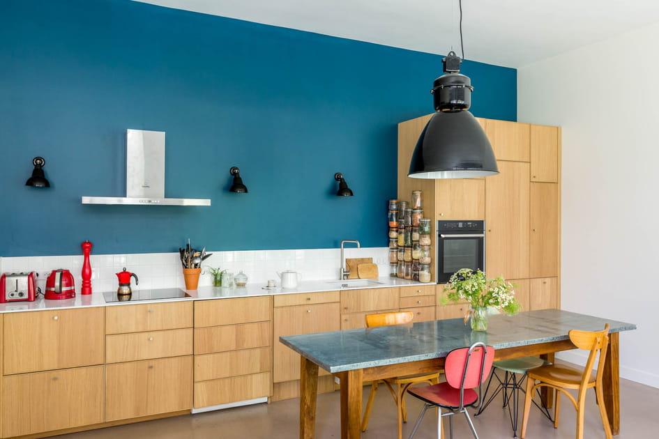Une cuisine bleu canard et chêne