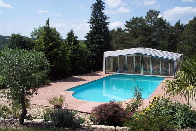 Une piscine dans un écrin de verdure