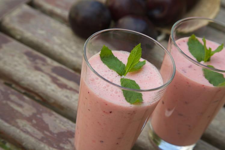 Smoothie aux prunes et feuilles de menthe