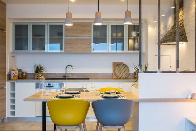 Une cuisine blanche avec verrière