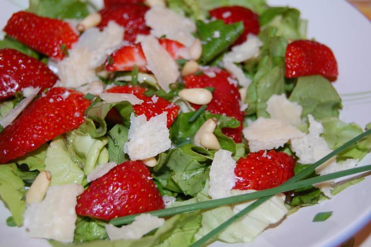 Salade verte aux fraises