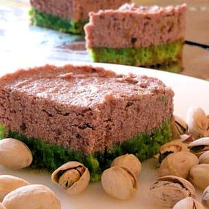 dacquoise pistache, mousse cerises et framboises