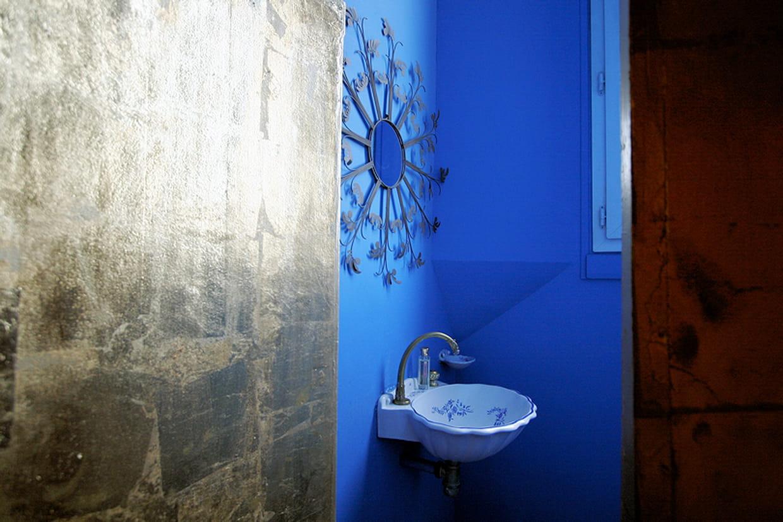 Salle de bains bleu vif - Deco salle de bain bleu ...