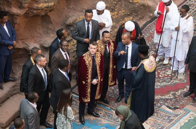 Emmanuel Macron et sa cape de prince en Ethiopie